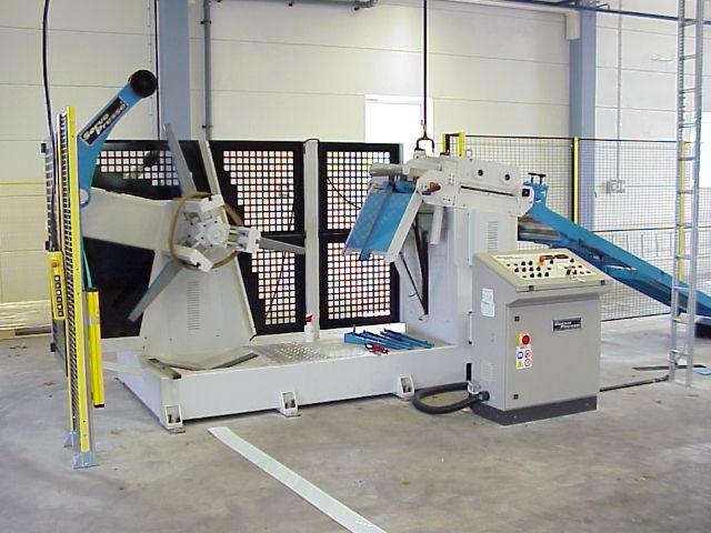 Kalmar: SERVOPRESSE haspel/riktverksenhet utrustad med materialbrygga. Kapacitet 400 x 4 mm.
