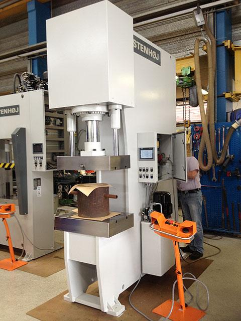 Skövde: STENHÖJ hydraulpress modell EPF 200, presskraft 200 ton. Pressen används för manuell drift.