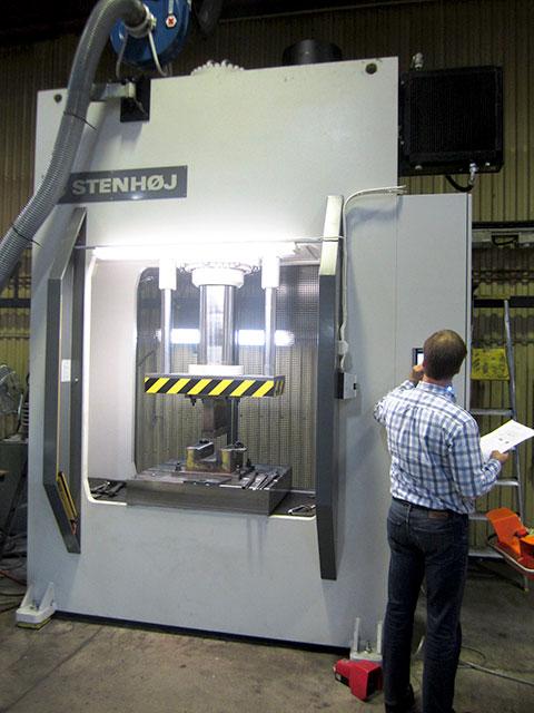 Färila: STENHÖJ hydraulpress modell LPV-300,presskraft 300 ton. Utrustad med SICK ljusridåskydd för taktkörning.