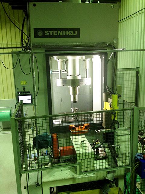 Kramfors: STENHÖJ hydraulpress modell LPV-200, 200 ton. Pressen integrerad med en robot för automatisk laddning av detaljer.