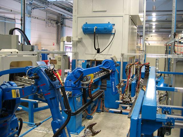 Vetlanda: 3 st ZANI MOTIONMASTER modell AR250, AR315 och AR500 integrerade i en automatlinje med robothantering.