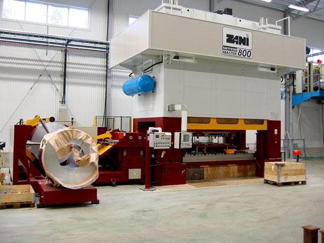 Olofström: ZANI MOTIONMASTER modell AR800, presskraft 800 ton och borddimension 4000 x 1500 mm. Pressen är utrustad med SERVOPRESSE kompakt bandanläggning för dimension 1600 x 4 mm.
