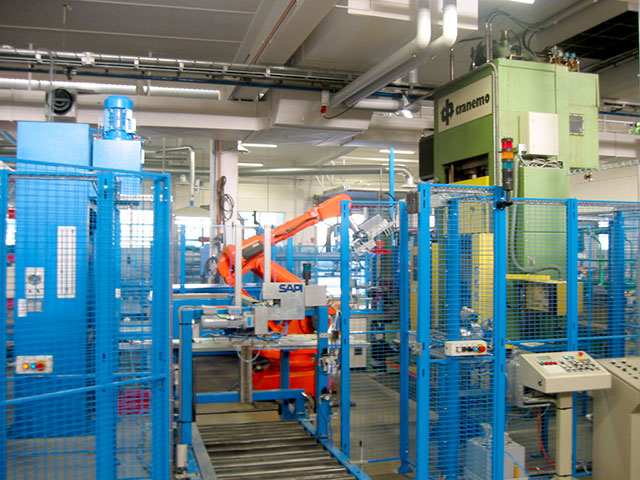 Markaryd: Komplett ROBOTCELL bestående av 2 st renoverade ABB robotar modell IRB 6000. Robothantering sker mot tre hydraulpressar (2 st STENHÖJ och en renoverad TRANEMO) samt en kanttrimningsmaskin.
