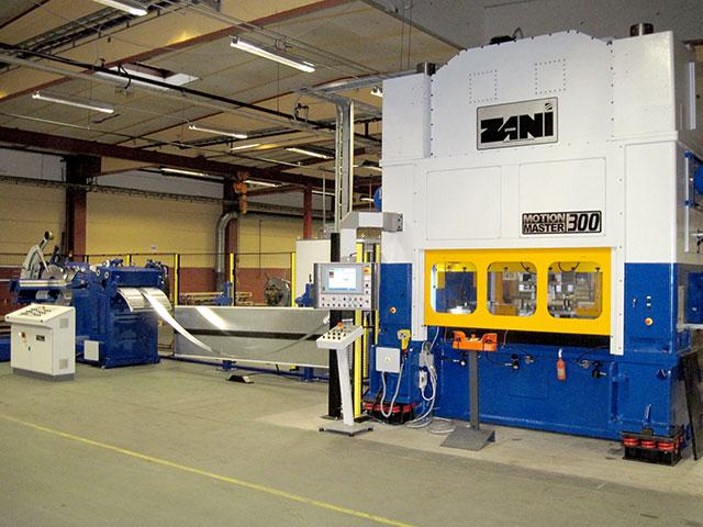 Hillerstorp: ZANI MOTIONMASTER modell AR300, presskraft 300 ton. Pressen matas av en SERVOPRESSE bandanläggning med bandslinga med kapacitet 600 x 4 mm..