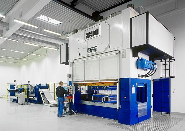 Norrköping: ZANI MOTIONMASTER AR500, presskraft 500 ton och borddimension 3000 x 1400 mm. Pressen utrustad med SERVOPRESSE bandanläggning med dubbelhaspel.