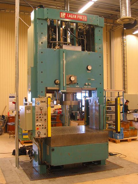 Renoverad LAGAN hydraulpress, presskraft 250 ton. Godkänd för manuell drift med SICK ljusridå för taktkörning.