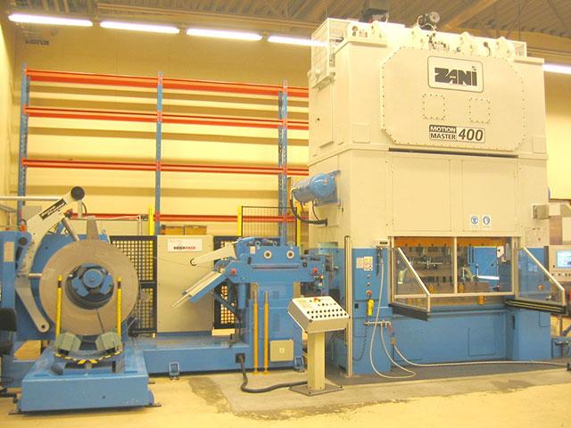 Laholm: ZANI MOTIONMASTER modell AR 400, presskraft 40 ton och borddimension 2500 x 1200 mm. Pressen utrustad med SERVOPRESSE kompakt bandanläggning med 6 styrda axlar för automatisk inställning vid coilbyte.